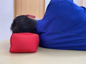 肩をつぶさない寝方